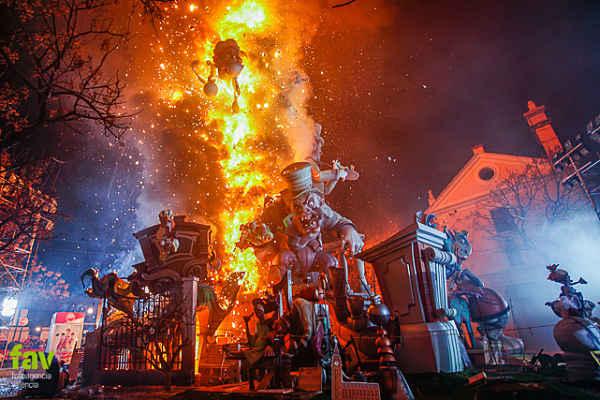 fallas valencia quema turismo